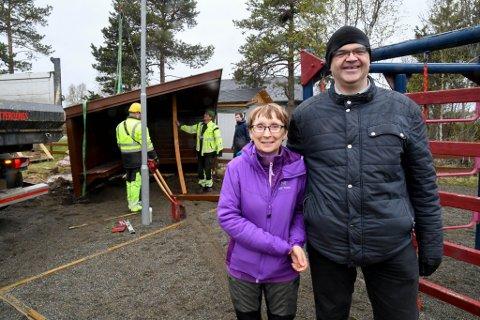 FORNØYDE: Mona E. og Kjetil B. Thomassen er glade for at gapahuken ble flyttet og snudd av ansatte i Alta kommune mandag.