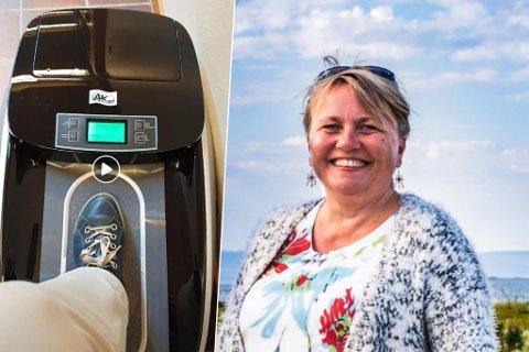 PLASTTREKK: Denne maskinen pakker skoene inn i plast. På den måten vil gulv bli beskyttet mot sand og skitt. Aina Borch synes det er en god løsning.