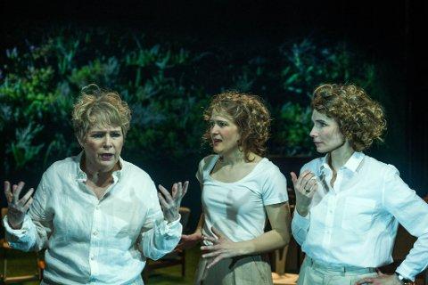 """SKUESPILL: Mari Dahl Sæther (i midten) sammen med Herborg Kråkevik (til høyre) og Birgitte Victoria Svendsen i """"Sommeren uten menn"""" på Oslo Nye Teater."""