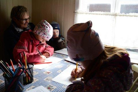 LÆRTE KVENSK: Thea (5) og Emmeli (4) har lært kvenske ord og sanger.