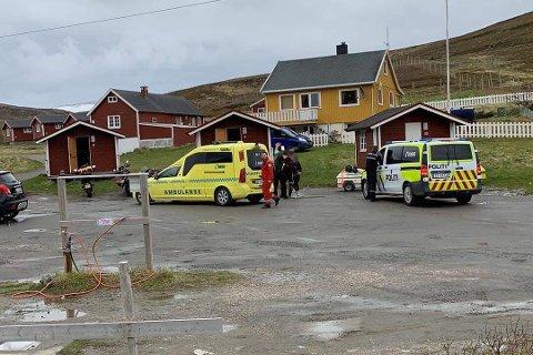 PÅ STEDET: Politiet og ambulanse i Skarsvåg, hvor den skadde tilbragte natten.