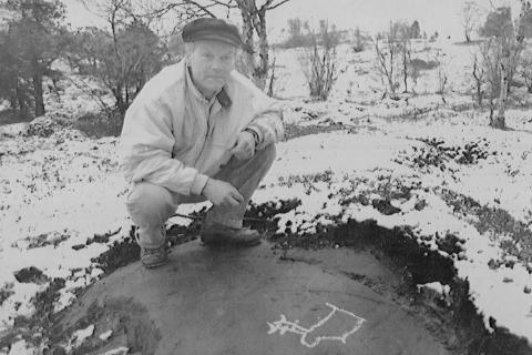 VED FUNNET: Arvid Petterson fotografert av Finnmark Dagblad ved funstedet i 1991.