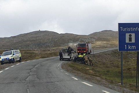HENTET OPP: Motorsykkelen blir hentet opp fra grøfta etter ulykken.