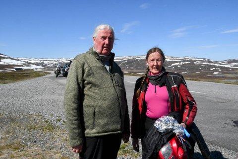 PÅ TUR: Ekteparet Thomas og Lizzie Elf var med i reisefølget som var involvert i MC-ulykke på Sennalandet mandag.