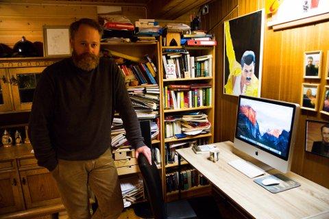 SKRIVESTUA: Her i skrivestua i kjelleren i Bjørkeveien 23 på Prestøya i Kirkenes klekkes skriveideene ut for forfatter Magne Hovden.