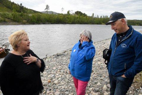 Erna Solberg på besøk hos Tor Erland Nilsen (til høyre) i Alta Laksefiskeri Interessentskap ved Altaelva.