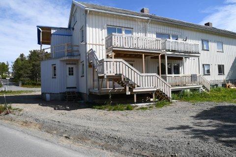 ULOVLIGE: I denne bygningen på Midtbakken i Alta har Alta kommune slått fast at det er bygget fire ulovlige boenheter.