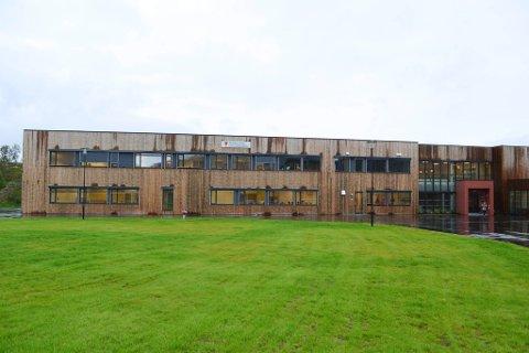 STARTER I DESEMBER: Tana bru skole stod ferdig oppført i 2016, og den 5 år gamle skolen vil bli arbeidsplassen til Øystein Albrigtsen når han senere i skoleåret tiltrer som rektor.