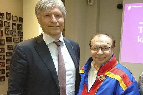 FØLGER OPP: Statsråd Ola Elvestuen (V) skal undersøke med finske myndigheter hva de nye rettighetene til hytteeierne er. Her sammen med TF-leder Reidar Varsi som overvar debatten i Stortinget torsdag.