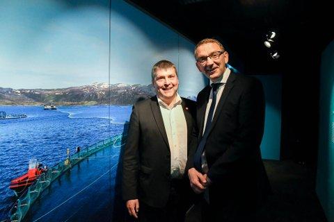 VIL ÅPNE: Bengt Rune Strifeldt (til venstre) fra Alta og statssekretær Roy Angelvik, begge Frp, ønsker å åpne for kongekrabbefiske for alle fiskere i Finnmark. Et forslag går nå ut på høring.