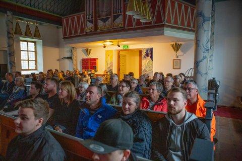 MØTTE OPP: Kjøllefjord kirke var fullsatt under minnekonserten for Jonny Olsen – hvor temaet og musikken var av Pink Floyd.