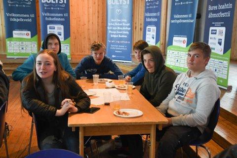 RUNDT 40: Rundt 40 ungdommer stilte på ungdomsmøtet på samfunnshuset under Bolystuka i Karasjok mandag.