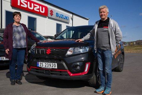 KJØP: Trafikkskolen Ole og kontorsjef Idun Larsen kjøpte nylig flere Suzuki Vitara. Bilselger Jack E. Johnsen ved Sør-Varanger bilteknikk er fornøyd.