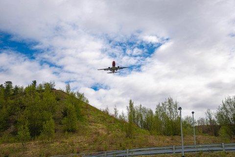 LANDING: Norwegian inn for landing fra øst onsdag. Her over S-bakken i Nerskogen.