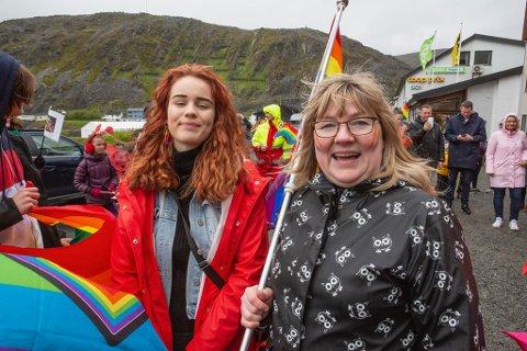TOK INITIATIV: Det var den seksten år gamle Jeanett Ødegård (t.v.) og ungdomsleder Unni Esp som tok initiativet til den aller første Pride-paraden i Kjøllefjord.