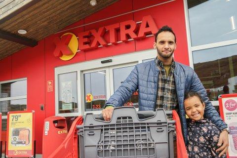 Middagshandel: Ali Bakir med datteren Amira (5) gjør storhandelen på byens nyeste butikk Coop Extra. Hammerfestingen roser butikkens vareutvalg på frukt og har meldt overgang fra Rema 1000.