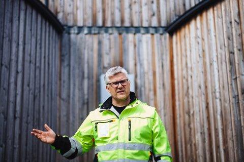 ENGASJERT: Geir Olav Næss, daglig leder for Vadsø vann og avløp KF, foran inngangen til høydebassenget.