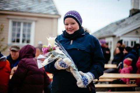 VIL GJØRE ALT FOR KYSTNORGE: Eva Lisa Robertsen var en av de som ble overrekket blomster på scenen for hennes innsats for fiskeriindustrien og kysten.