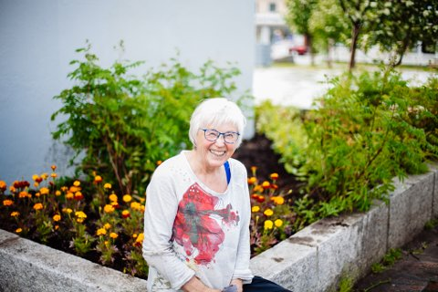 MED SJEL FOR VADSØ: En liten annonse og et glemt dokument ble forskjønningen av byen. Her sitter Ingrid Skjerven på bedkanten med nyplantede Tagetes i bakgrunnen.