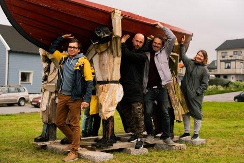 Kreativt team: Hovedkunstner Alexandr Menukhov, Aleksey Maklakov, Ilja Kuzubov og Daniel Vlasov står bak kunstverket «fiskere som bærer lys».