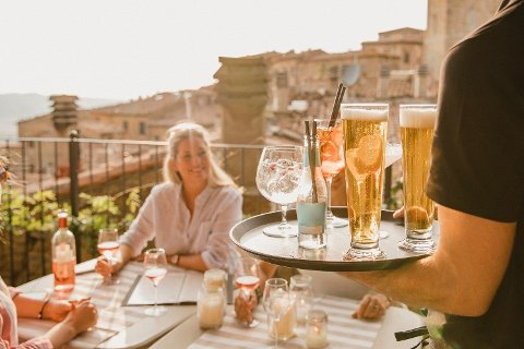 DET GLADE FERIELIV: I enkelte land kan du risikere å fornærme kelneren om du tipser på restaurant. Foto: Getty images