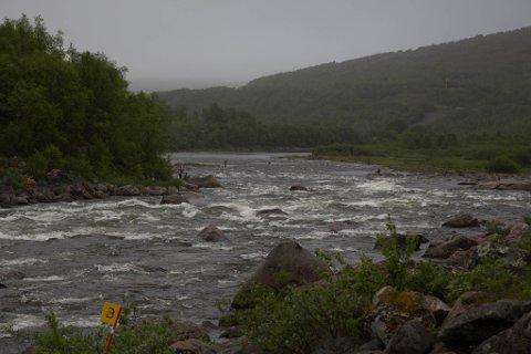 NEIDENELVA: En av Finnmarks beste lakseelver. Og gjenstand for mye trivsel - og eder og galle.