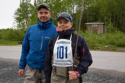 UNG LAKSEFISKER: Johan Arvola (12) fikk god hjelp av pappa Inge under debuten i laksefiskekonkurransen i Neiden lørdag.