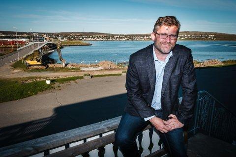 IKKE BEKYMRET: Frode Fjerdingøy, direktør ved Vadsø fjordhotell, holder optimismen oppe.