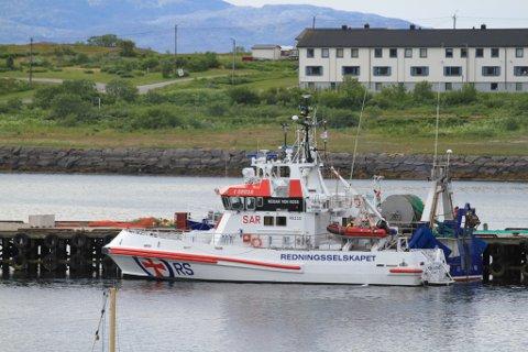 HJALP REKETRÅLER: «Reidar von Koss» er stasjonert i Båtsfjord, men slepte reketråleren inn til havna i Vadsø tirsdag morgen.