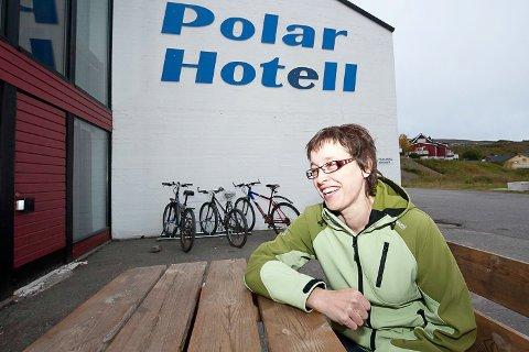 HOTELLSJEF: Gunn Marit Nilsen avbildet utenfor Polar Hotell i 2012 når hun ble ansatt som hotellsjef, senere daglig leder.