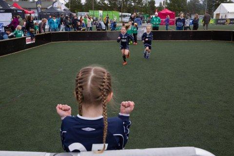 NYE JUEBLSCENER: I 2019 var det ingen begrensninger på publikum under kampene. Her spiller IL Frea mot Kauotkeino IL. foran flere publikummere. I år er det bare lov med en publikummer per barn på arenaen.