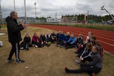 NÅ SKAL DERE HØRE: Det er en knapp time til kampstart og Hesseng-trener Jon Arne Røsæg har startet siste peptalk før kamp. Hesseng består av Kristine Moksnes (04), Lise Isaksen Jerijervi (05), Ada Heitmann (04), Mia Edlund Kling (05), Elle Karlsen (04), Tea Varsi (04), Hannah Koi Ryeng (05), Iben E. Pedersen (05), Vilje E. Pedersen (05), Ida Bjørnstad (04), Marthe Pedersen (05), Miina Johansen (04), Kaisa Vindseth (05), Synne S. Nilsen (05), Bjørg Hoseth Schultz (05) og Matilde Røsæg (04).
