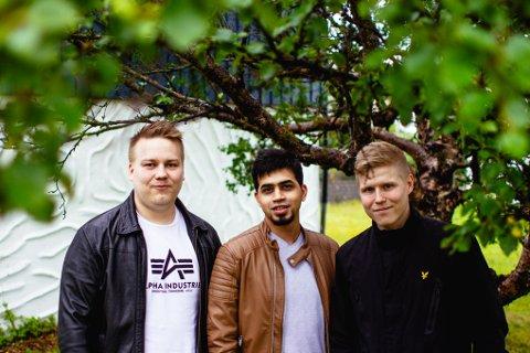 UNGE UTVIKLERE: Fra venstre: Henrik Hansen (26), Faizan Abid Naqvi (29) og Kristian Aslaksen (27) utenfor Oldernes Trafikkskole i Vadsø.