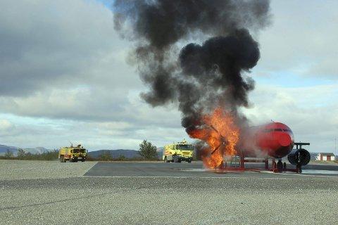 GIFTIG: Tidligere bruk av skum som ble brukt til å slukke flybrann er en av årsakene til at giftige stoffer har lekket i jorden. Her er en tidligere brannøvelse ved Kirkenes lufthavn.