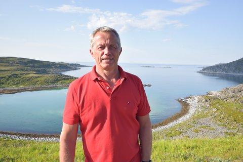 UNIK HAVN: Odd Elvebø mener at dette området like ved Mehamn, Nordmannset, gir kommunen unike muligheter til industrietablering. I første rekke handler det om omårdet til venstre et stykke utenfor den innerste bukta. Til høyre for den lille øya i bakgrunnen (Lille Kamøya) og videre innover er det mer enn dypt nok til store båter.