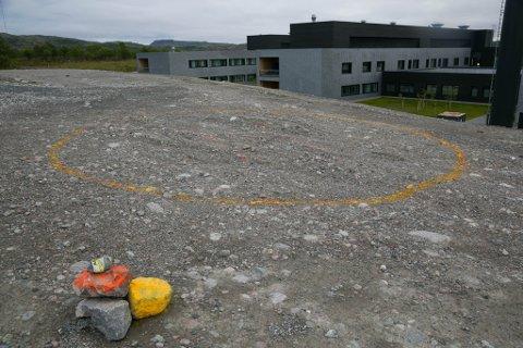 GRUS: Her ved Kirkenes sykehusskal helikopterlandingsplassen ligge. Foreløpig er det bare grus.