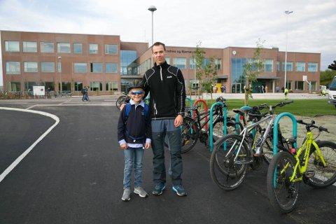 GLEDER SEG: Even Brustuen Jervidalo (8) og pappa Espen Jervidalo før den første skoledagen på den nye skolen.