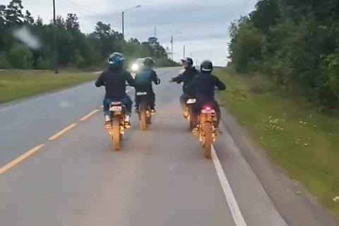IRRITERTE: Fire unge mopedister skapte kraftig irritasjon hos bilistene bak, da de kjørte i 20 km/t gjennom hele Alta sentrum.
