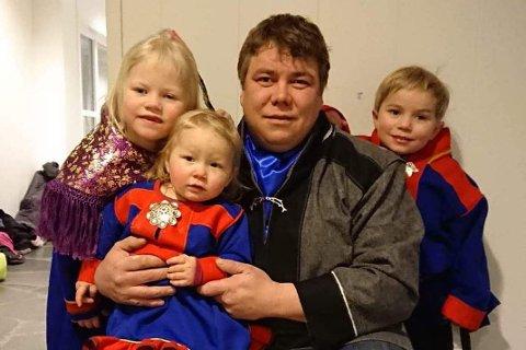 FRUSTRERT: Morten Blien (34) er frustrert over opplæringstilbudet på det samiske språket i Tana. Her sitter han med barna sine Solveig Malen (7), Guro Isabell (2) og Hermann Johan (5).