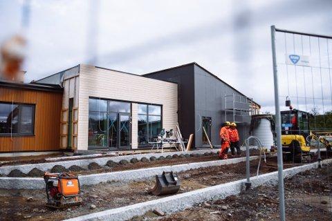 HELT NYTT: Fasaden til nybygget som formannskapet besøkte torsdag formiddag. Prislappen på hele prosjektet, både nybygg og oppussing av eksisterende bygg ligger på 69 millioner kroner.