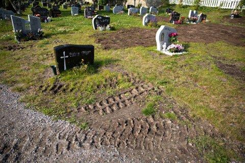 UTBEDRING: I forbindelse med utbedring av Vadsø kirkegård ble det satt igjen spor fra hjullaster over en grav.