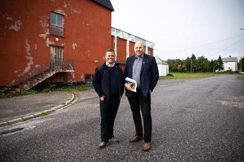 PÅ BEFARING: Thomas Charlsen (t.v.) og ordfører i Vadsø kommune, Hans-Jacob Bønå (H) utenfor det gamle Samfunnshuset i Vadsø.
