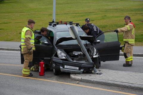 SAMMENSTØT: Det ble store materielle skader etter trafikkuhellet ved Kirkenes handelspark lørdag ettermiddag.