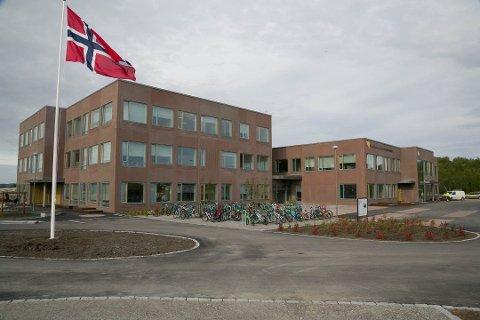 NYTT KRAV: Nye Bjørnevatn skole kunne ta imot sine aller første elever for bare noen dager siden. Etterspillet etter kommunens anbudsprosess kan derimot få uante følger. Nå har Consto AS sendt et krav på 970 000 kroner til kommunen.