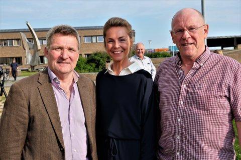 REISELIV: De to reiselivsaktørene Roar Bekkelund (t.v.) og Hans Hatle håper seniorrådgiver Elisabeth Sørdahl sørger for at det avsettes en større kvote til reiselivsbedrifter.