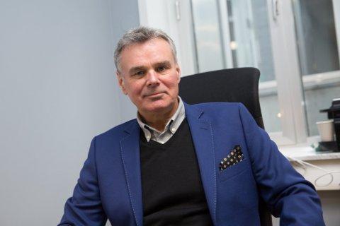 FLYEKSPERT: Hans Jørgen Elnæs i Winair.
