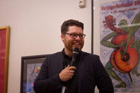 TALE: Her holder Robert Lundgren tale under åpningen av festivalen.