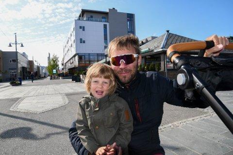 I GÅGATA: iFinnmark møtte Einar Leinonen og datteren Ruth (4) i gågata på Alta sentrum onsdag.