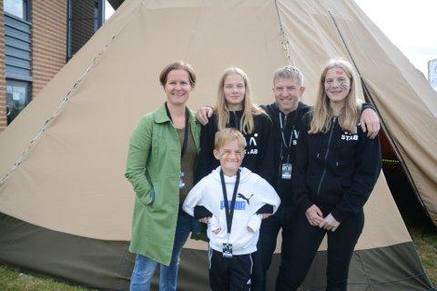 FRIVILLIG FAMILIE: Tonje Hagerup Gundersen (44) og Kristian Wengen (46) er frivillige med barna sine Una (13), Live (13) og Iver (9).