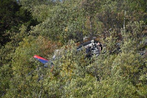 PÅ ÅSTEDET: Her er politiet på plass på åstedet dagen etter den tragiske helikopterulykken.